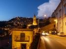 Er zeigt mir anschliessend die Altstadt von Modica