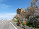 Ab und an stehen Ruinen am Strassenrand, manchmal sind es auch einfach Haeuser die nie fertig gebaut wurden