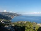 Taormina bietet neben dem Theater wunderschoene Aussblicke auf die Kueste