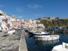Um Neapels Trubel  zu entfliehen bietet sich ein Ausflug auf die kleine Fischerinsel Procida an