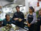 Der Profi-Koch Andrea gibt viele Tipps und stellt sicher, dass wir nichts versauen