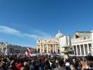 Zu Beginn der Messe noch ganz hinten auf dem Petersplatz...