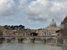 Der Fluss Tiber mit sicht auf den Vatikan.