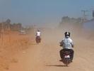 Hinter Phnom Penh sind 30 Km nicht asphaltiert - Staublungengefahr