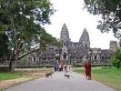 Neben Touristen besuchen auch täglich Mönche die Tempel