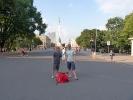 Posen vor einem Obelisk mit Radtasche :)