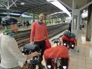 Freudig wird der Zug erwartet, der uns aus Kuala Lumpur rausbringt