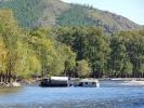 Der Van ist im Fluss stecken geblieben und braucht Abschlepp-Hilfe