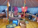 Innenleben der Jurte - fünf Betten und ein Ofen der auch als Kochstelle fungiert