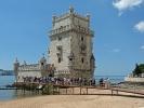 Der Torre de Belém im Stadtteil Santa Maria de Belém an der Tejomündung ist eines der bekanntesten Wahrzeichen Lissabons.