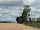 Pause an einem der unzähligen Kilometersteine am Camino de Santiago