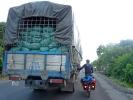 Die LKW helfen manchmal beim Bergauffahren