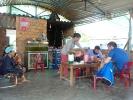 Beim Mittagessen sammeln sich zügig neugierige Vietnamesen die uns beim Essen beobachten